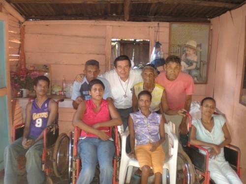 Niños invalidos junto al Padre Leonardo